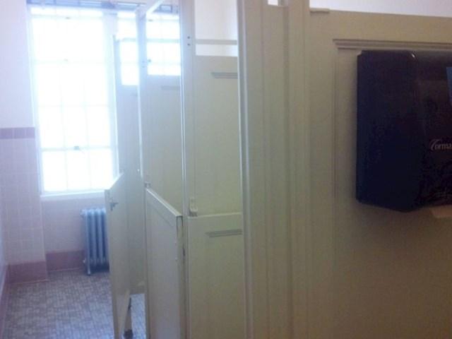 """""""Nije za sramežljive""""- bi trebalo pisato na ovom wc"""
