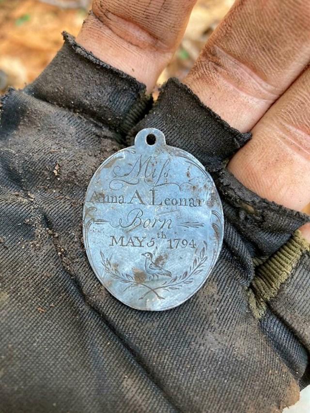 Uz pomoć detektora metala pronašao je srebrni privjesak star više od 200 godina
