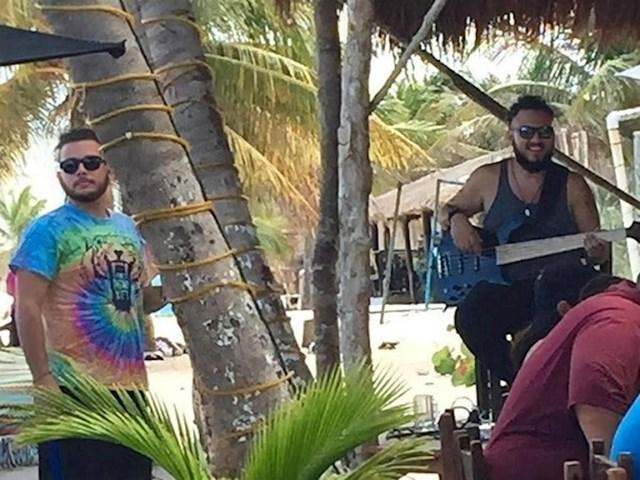 Moj brat i njegov dvojnik koji svira bas gitaru na plaži u Mexicuq