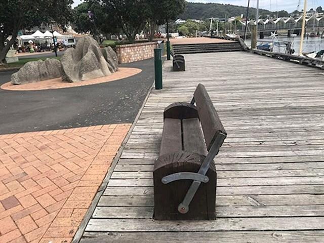Klupa sa pokretnim naslonom da možete birati želite li gledati u park ili u brodove