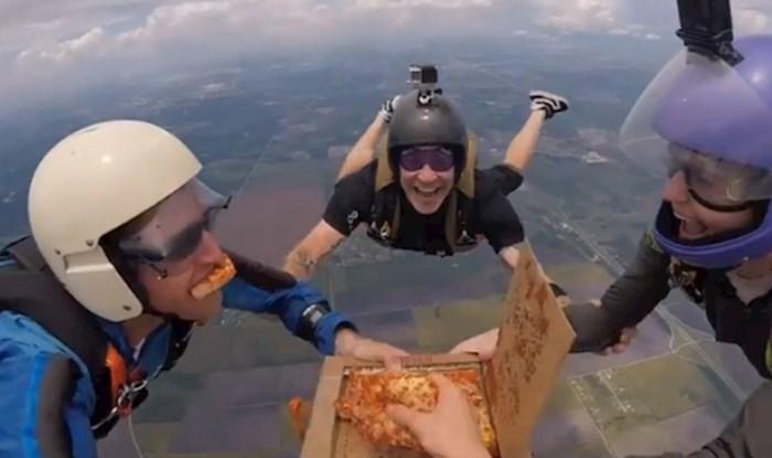 Ovi ljudi su odlučili skočiti iz aviona i u zraku pojesti pizzu. Video je prelud