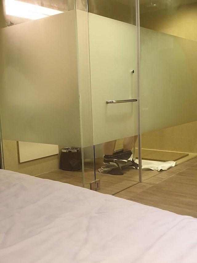 Pogled na WC iz kreveta sobe