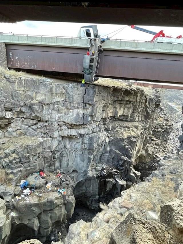 Sletio je s mosta i preživio zahvaljujući užadi koja se zaplela za ogradu