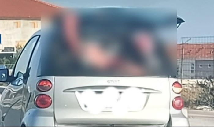 Ljudi ne mogu vjerovati što je ovaj tip uspio utrpati u svoj mini automobil