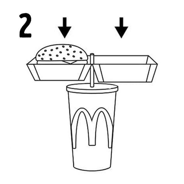 Dakle, ovako: otvorite svoju kutiju s hamburgerom (ili nuggetsima) i stavite je ravno na slamku probijajući kutiju točno u sredini kroz posebnu rupu (da, stvarno je tu!) Na ovaj način ćete stvoriti nešto poput tacne.