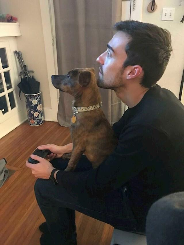 Moj pas i dečko igraj PS