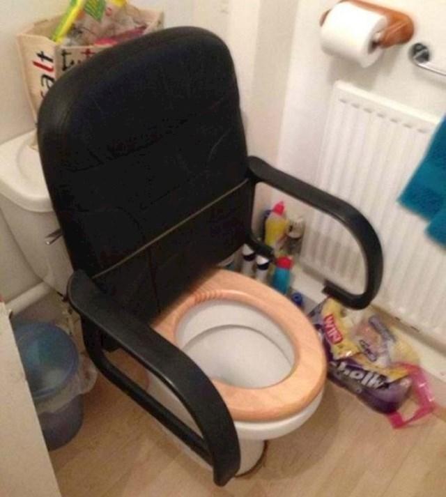 Ovaj lik je htio WC učiniti udobnijim. Uspio je.