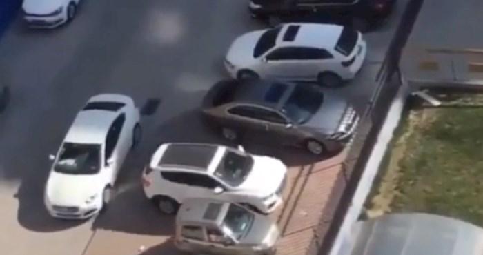 Netko ga je blokirao na parkingu, internet je oduševljen načinom na koji se izvukao