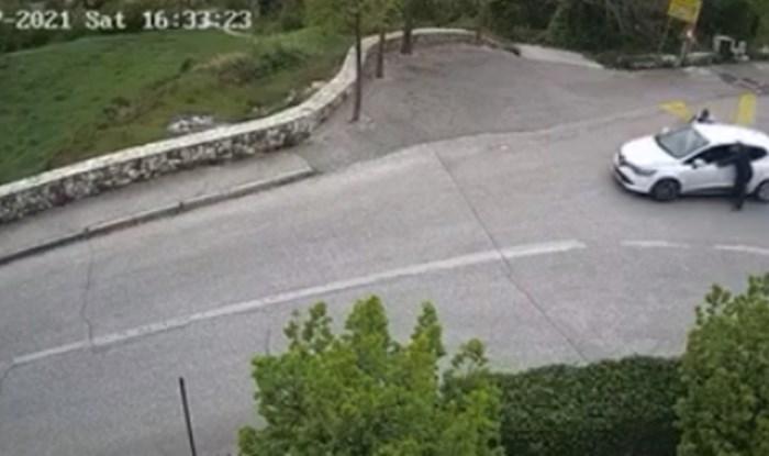 Širi se viralan video iz BiH: Pokušali su gurati auto po nizbrdici, pogledajte kako je završilo