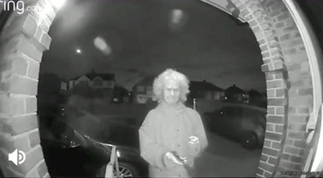Usred noći na vrata mu je došla starica s nožem
