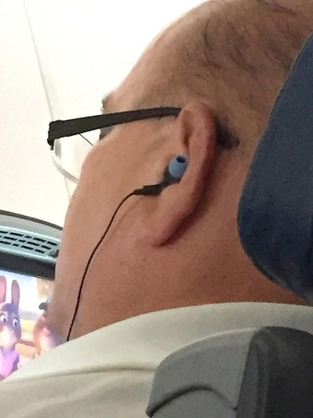 Vjerojatno se pitao zašto mu slušalice ne rade kako treba...