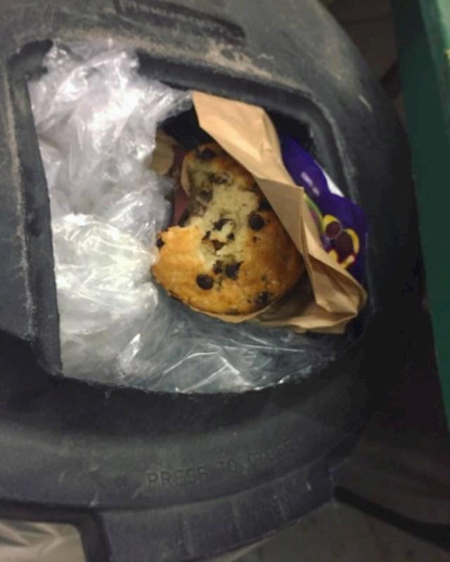 Šefica me tražila da joj kupim muffin, nakon 10 min sam ga našla u smeću
