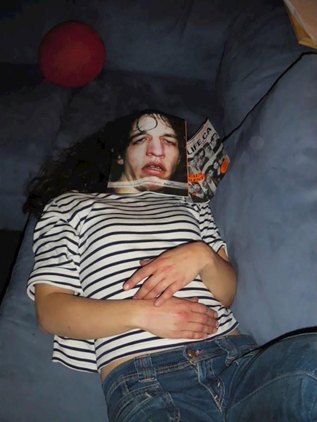 Sestra je zaspala dok je čitala časopis i skoro sam dobila infarkt kad sam došla u dnevnu sobu