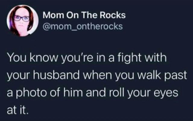 Znaš da si u svađi s mužem kad kolutaš očima svaki put kad prođeš kraj njegove fotografije