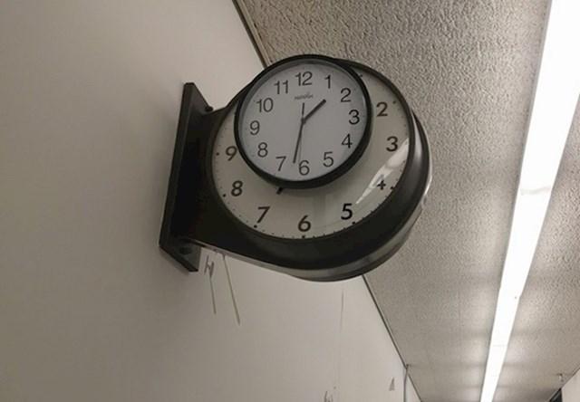 Radnik je dobio zadatak izmijeniti pokvareni sat. Evo kako je to obavio.
