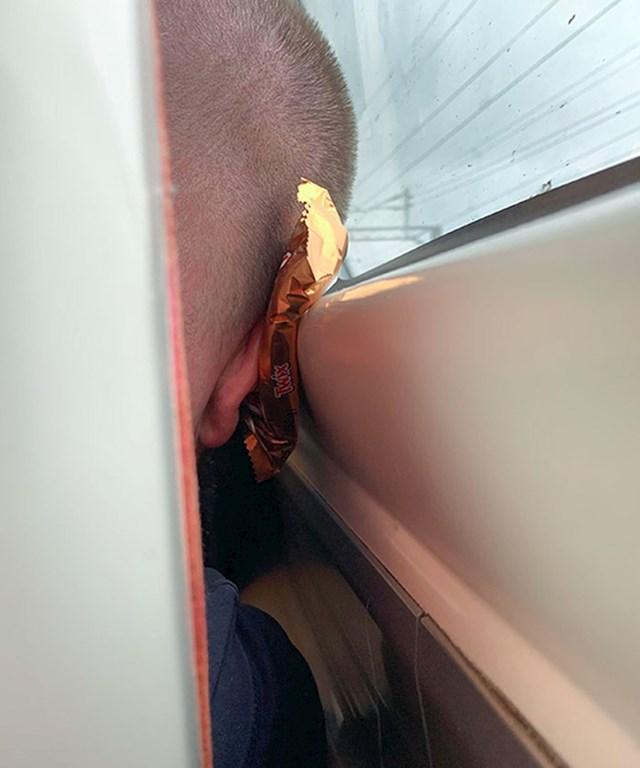 Lik ispred mene u autobusu je iskoristio Twix čokoladicu umjesto jastuka