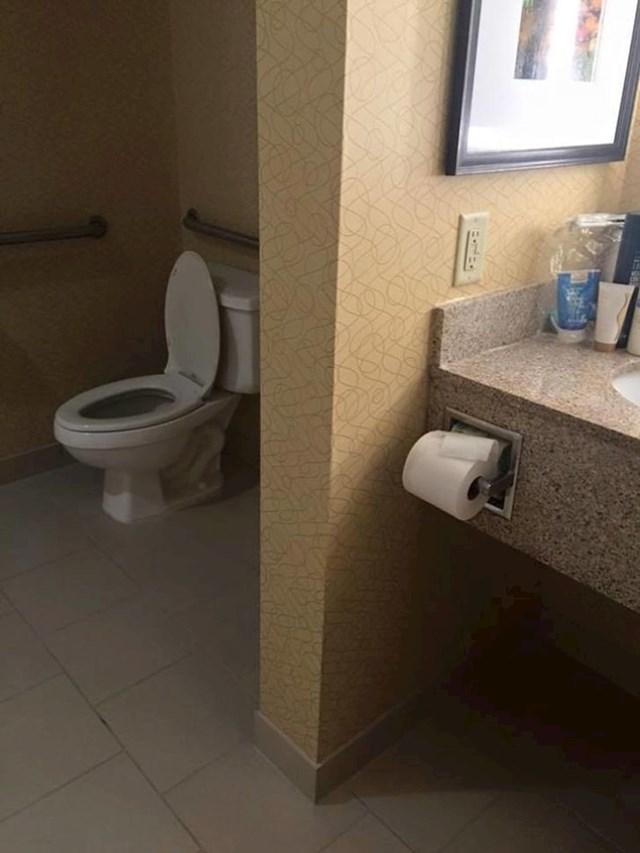 A mogli su ovaj toaletni staviti i u drugu prostoriju