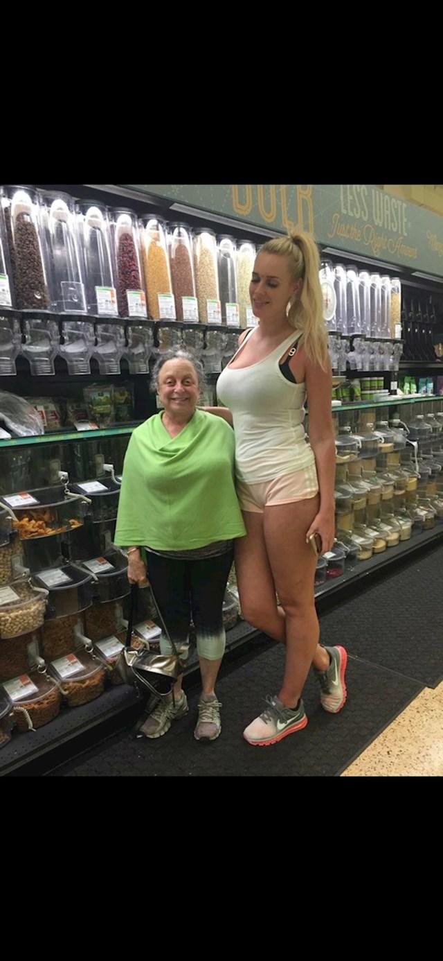 Moja jako niska mama voli se fotografirati s jako visokim ljudima i slati nam te fotografije