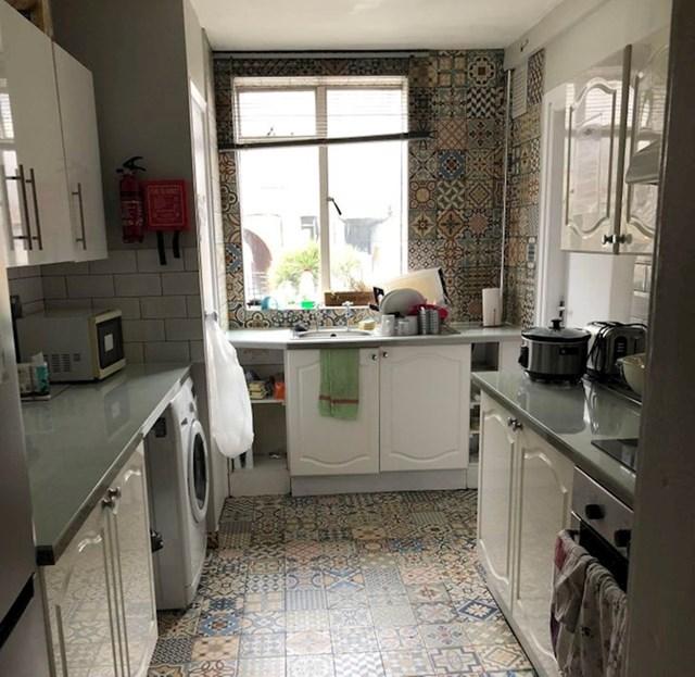 Naš stanodavac je odlučio promijeniti pločice u kuhinji, od poda do stropa, samo smo čekali da i strop prekirije pločicama