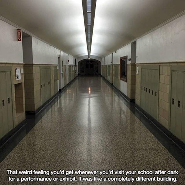 Kad bi u školu došli navečer izgledala bi kao potpuno druga zgrada