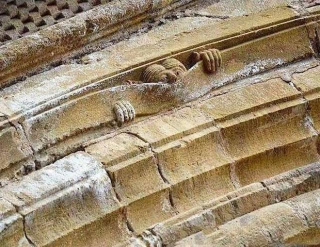 Srednjovjekovni humor; Abbey of Sainte Foy, Conques; Francuska