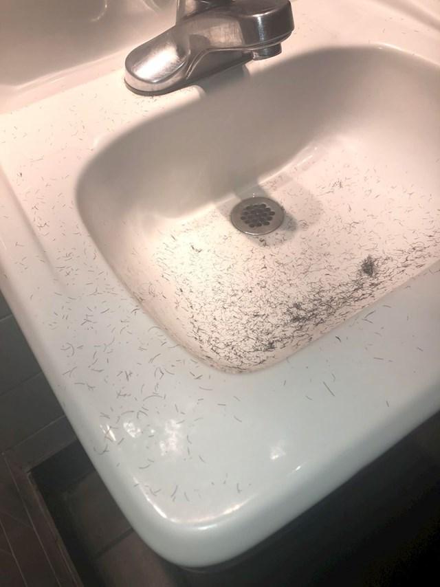 Ovaj tip se obrijao u WC-u