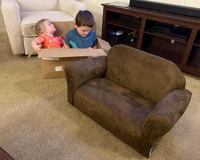Moja djeca sjede pokraj novog kauča kojeg sam im upravo kupila