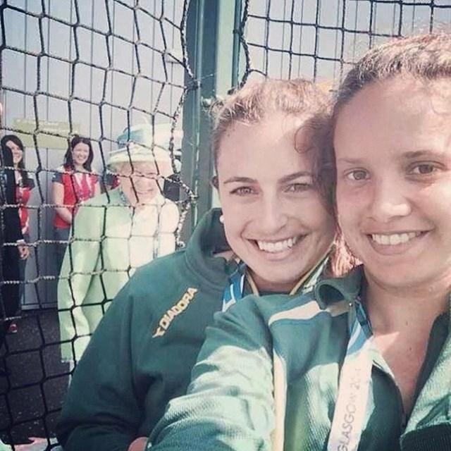 Kad samo želiš selfie s prijatlejicom, a neka tamo kraljica ti se ubaci
