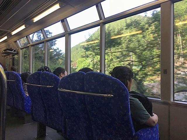 U Japanu su sjedala u vlaku okrenuta prema prozorima kako bi mogli uživati u pogledu