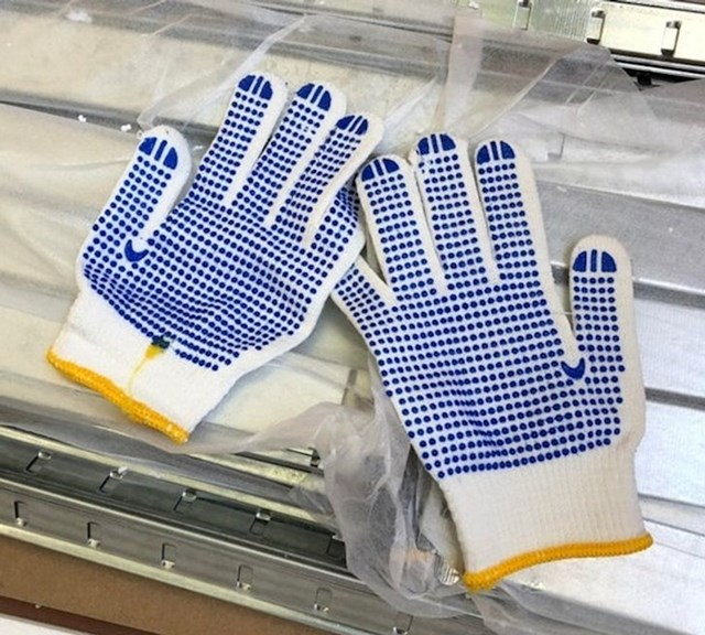 Željezne police stižu s rukavicama da se ne porežeš dok ih postavljaš