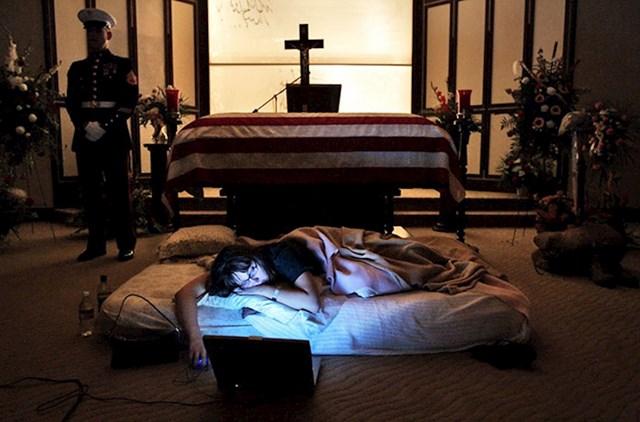 Supruga američkog marinca koji je poginuo u Iraku, ne želi napustiti njegov lijes. Zatražila je da provede još jednu posljednju noć pored njega, aprije nego je zaspala, otvorila je laptop i puštala pjesme koje ju podsjećaju na njega