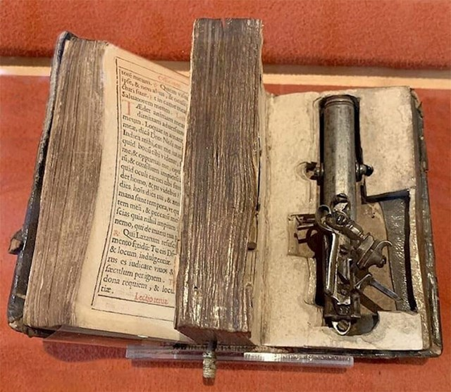 Pištolj skriven u Bibliji, napravljen za Francesca Morozinija. Pištolj je mogao opaliti i dok je knjiga zatvorena