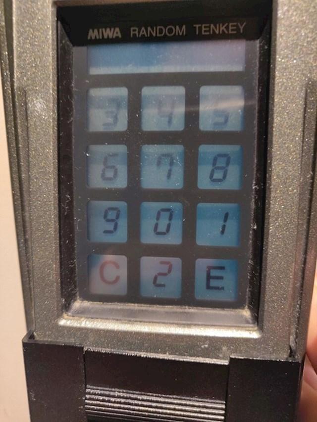 Ova tipkovnica nasumično izbacuju brojeve svaki put kada trebate utipkati pin kako netko ne bi po pokretima vaših prstiju reproducirao vaš pin