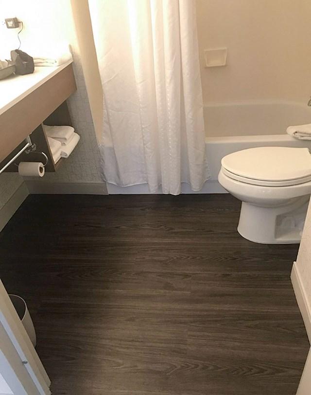 Primijetite udaljenost WC školjke i toaletnog