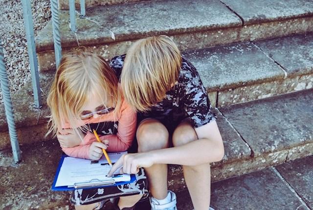 Malim curicama često se govori da ih dečko tuče i maltretira zato što mu se sviđaju