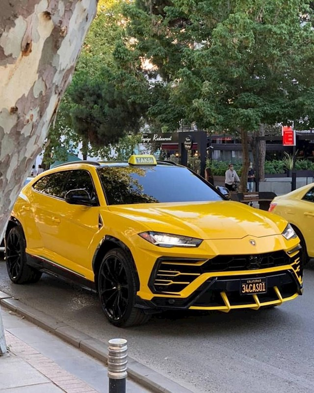 Danas sam vidio Lamborghini Urus u Istanbulu. Inače, ovo je taksi.