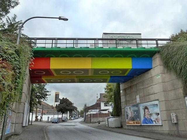 Most u Njemačkoj je obojan da izgleda kao da je napravljen od Lego kockica