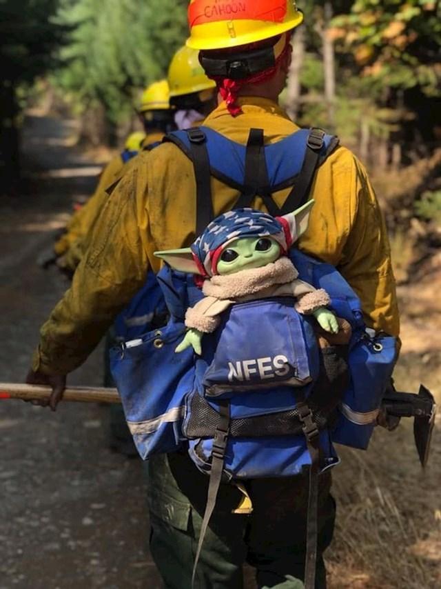 Petogodišnji dječak dao je Oregonskim vatrogascima svoju bebu Yodu i sada je s njima na poslu.