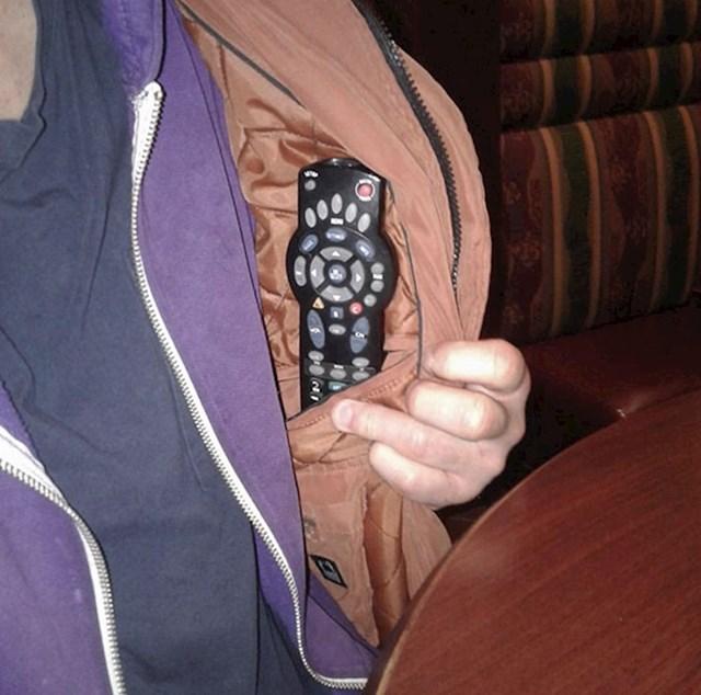 Moj otac nosi svoj daljinski u lokalni birc da može promijeniti kanal kad mu se ne sviđa, jednako mi je i neugodno i impresioniran sam