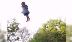 VIDEO Otac je bacio svoju curicu u zrak, ljudi oko njega su ostali u šoku