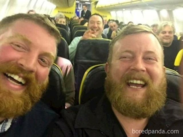 Ova dva neznanca, a zapravo dvojnika dobili su mjesta jedno do drugog u avionu i tako se upoznali