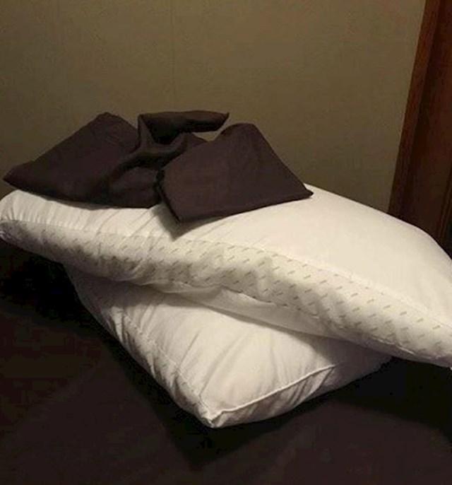 Rekla mu je da stavi jastučnice na jastuke...