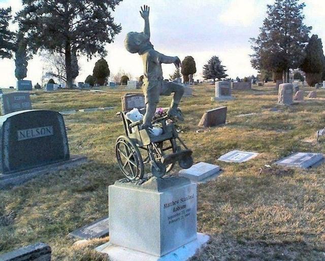 Otac je izradio nadgrobnu ploču za sina koji je bio u invalidskim kolicima