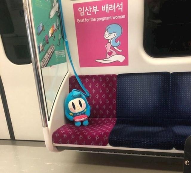 """Ova lutkica """"čuva"""" sjedalo trudnicama u javnom prijevozu"""