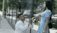 Dečko ju je prosio na ulici, zbog onog što je ugledala znala je da nije spremna na brak