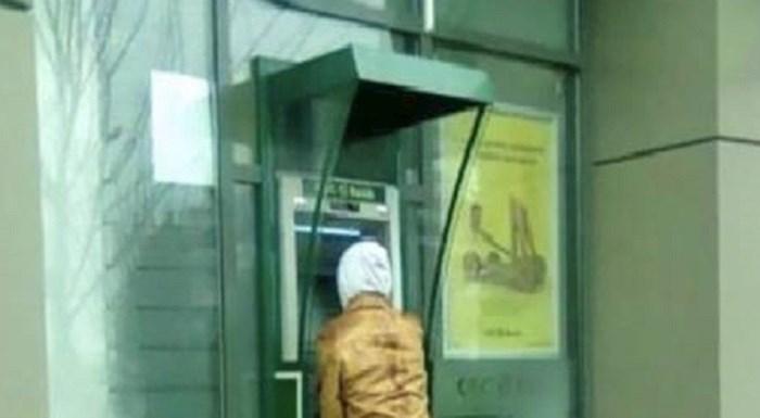 Morate vidjeti kako ljudi podižu novac na ovom bankomatu