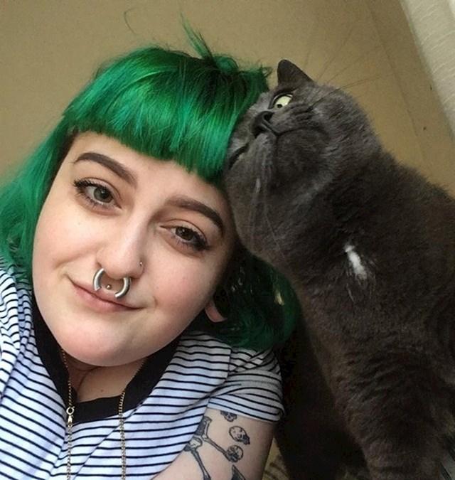 """""""Sretna sam. 10 mjeseci sam trijezna, sretno udana, imam posao i ljubav, ali i ovu divnu mačku. Nikad ne odustajte od života..."""""""