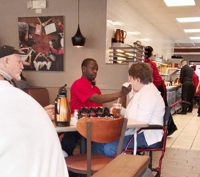 Konobar pomaže bolesnoj ženi da bi njen muž mogao pojesti svoj obrok u miru