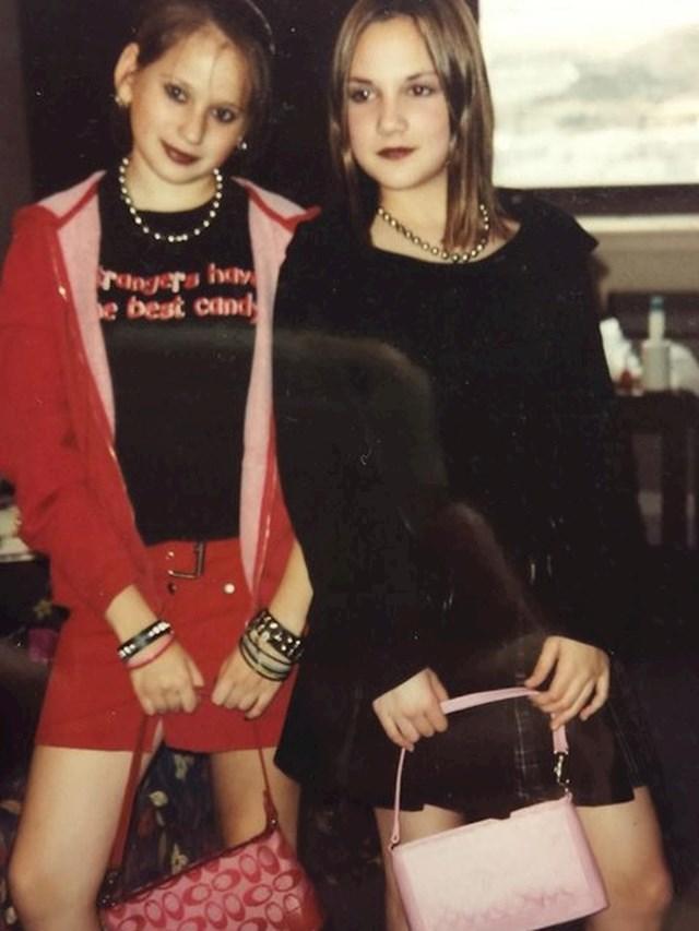 """""""Moja žena (u crvenom) i njena prijateljica prije koncerta Avril Lavigne"""""""