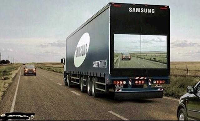 Ekran na Samsungovom kamionu koji pokazuje vozilima stanje na cesti